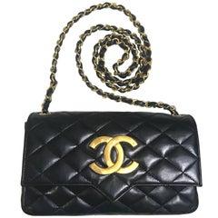 vintage CHANEL black lambskin shoulder bag with golden large CC logo motif.
