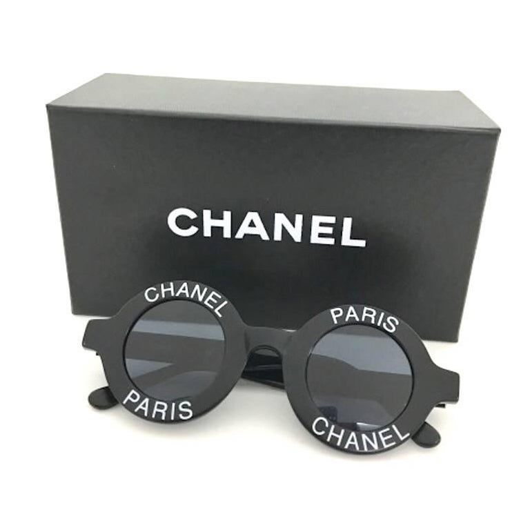 Vintage CHANEL black round frame mod sunglasses with white CHANEL PARIS print For Sale 1