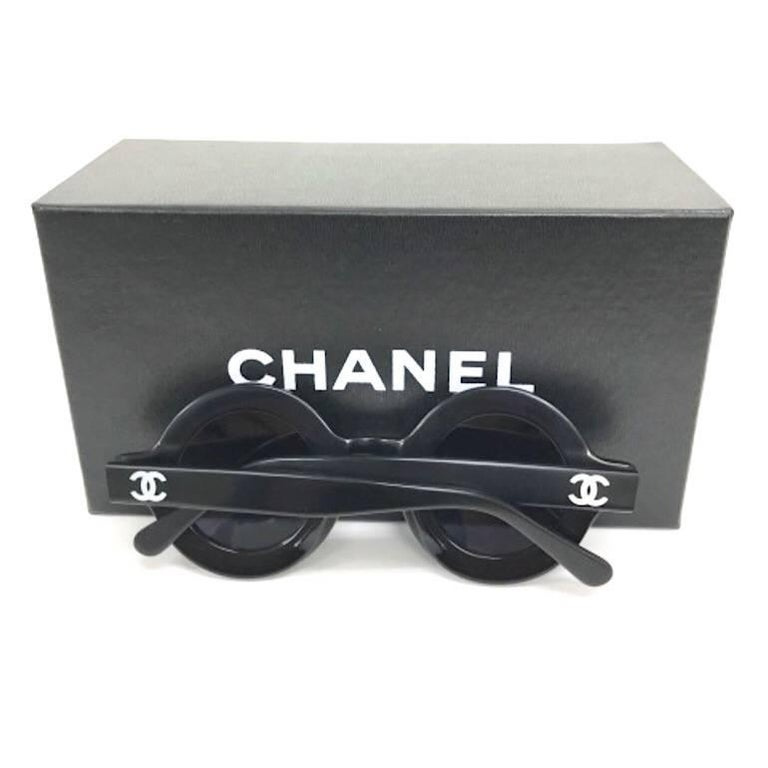 Vintage CHANEL black round frame mod sunglasses with white CHANEL PARIS print For Sale 4
