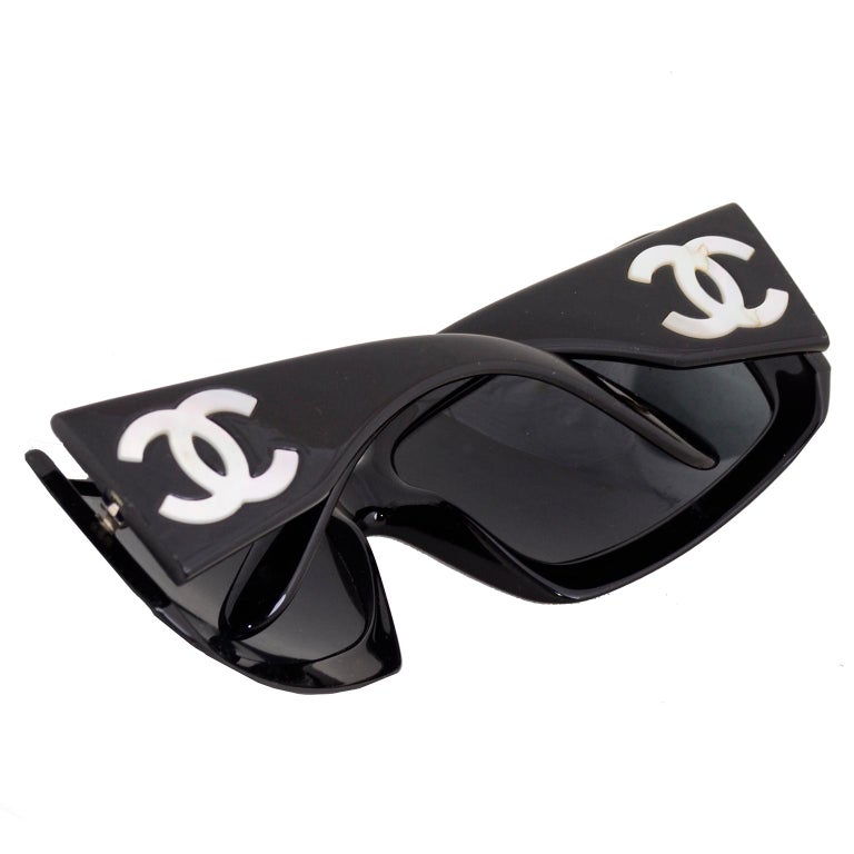 Vintage Chanel Black Sunglasses With Monogram Interlocking Mother Of Pearl CC's In Good Condition For Sale In Portland, OR