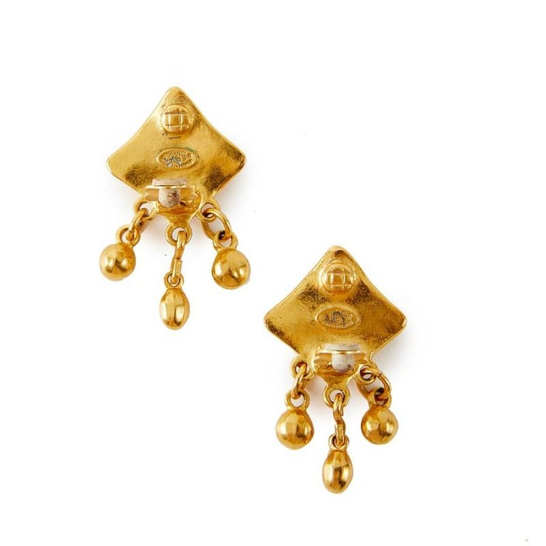 CHANEL vintage earrings clip-on in metal gold tone. They are in very good condition.  Made in France. Stamp, Fall / winter 1996 collection. They come from Chanel's sales. Dimensions : height 4.2 cm x  width 2.5 cm. It will be delivered in a non
