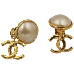 Vintage Chanel earring in gold metal and pearl