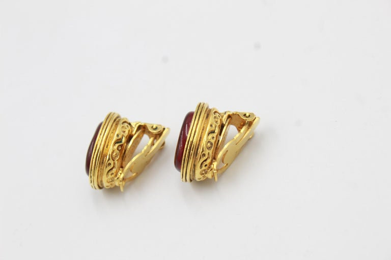 Vintage Chanel errings in Gold metal and red poured glass Good condition. 2cm x 1.5cm