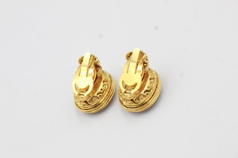 Vintage Chanel earrings in Gold metal and red poured glass In Good Condition For Sale In Paris, FR
