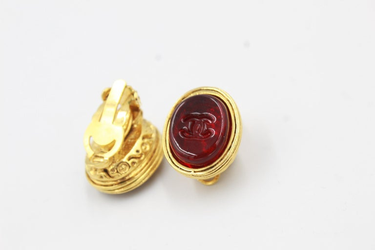 Women's or Men's Vintage Chanel earrings in Gold metal and red poured glass For Sale