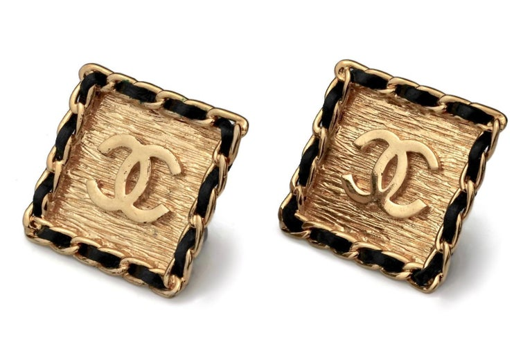 Vintage CHANEL Logo Chain Leather Square Earrings In Excellent Condition For Sale In Kingersheim, Alsace
