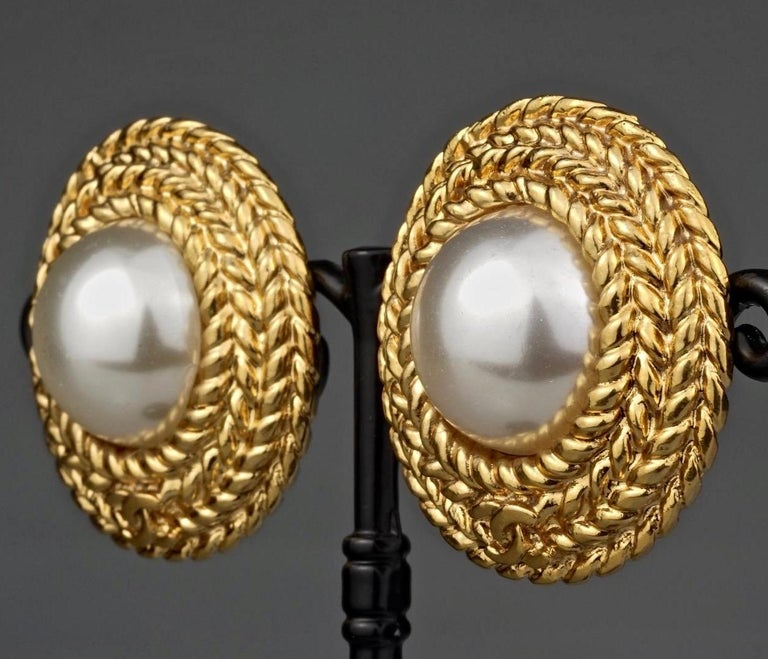 Vintage CHANEL Logo Pearl Braided Earrings In Excellent Condition For Sale In Kingersheim, Alsace