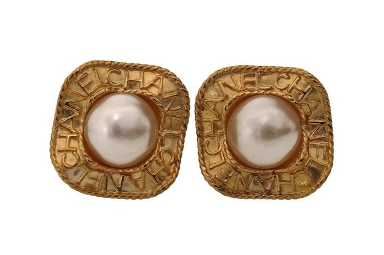 Vintage CHANEL Logo Pearl Concave Earrings In Excellent Condition For Sale In Kingersheim, Alsace