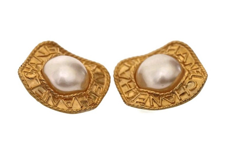 Vintage CHANEL Logo Pearl Concave Earrings For Sale 1