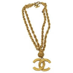 Vintage Chanel necklace in gold metal.