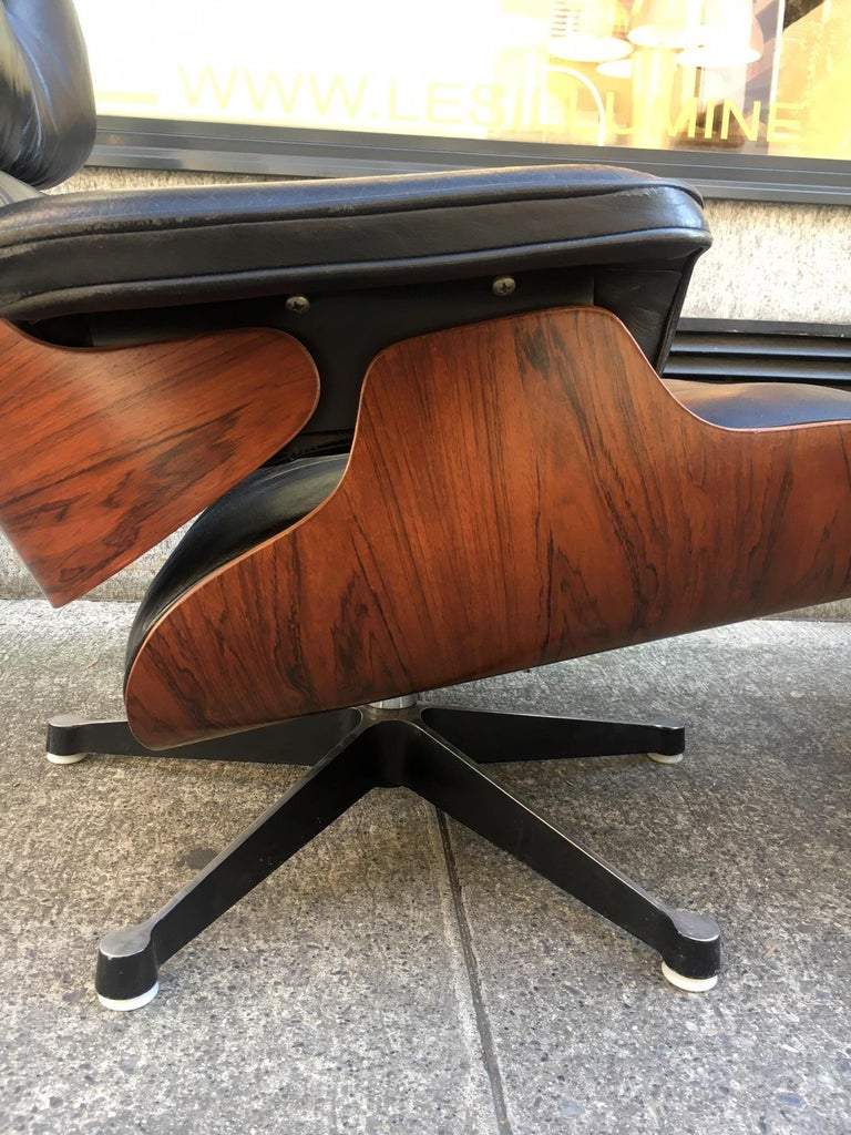 Vintage Charles & Ray Eames Rosewood Lounge Chair & Ottoman In Good Condition For Sale In Geneva, CH