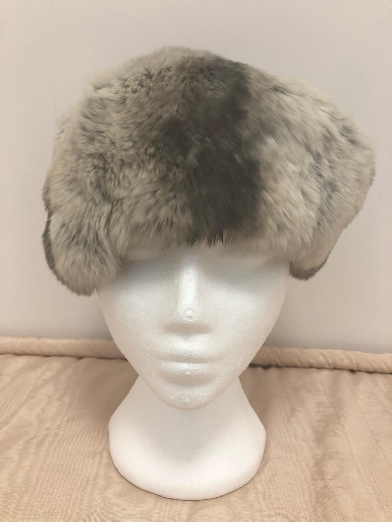 Vintage Chinchilla Stole/Cape and Hat  In Good Condition For Sale In Port Hope, ON