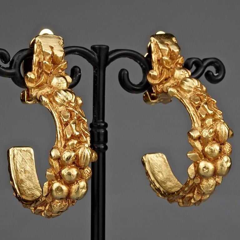 Vintage CHRISTIAN DIOR BOUTIQUE Fruit Motif Hoop Earrings In Excellent Condition For Sale In Kingersheim, Alsace