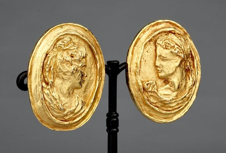 Vintage CHRISTIAN LACROIX Greek Roman Cameo Earrings In Excellent Condition For Sale In Kingersheim, Alsace