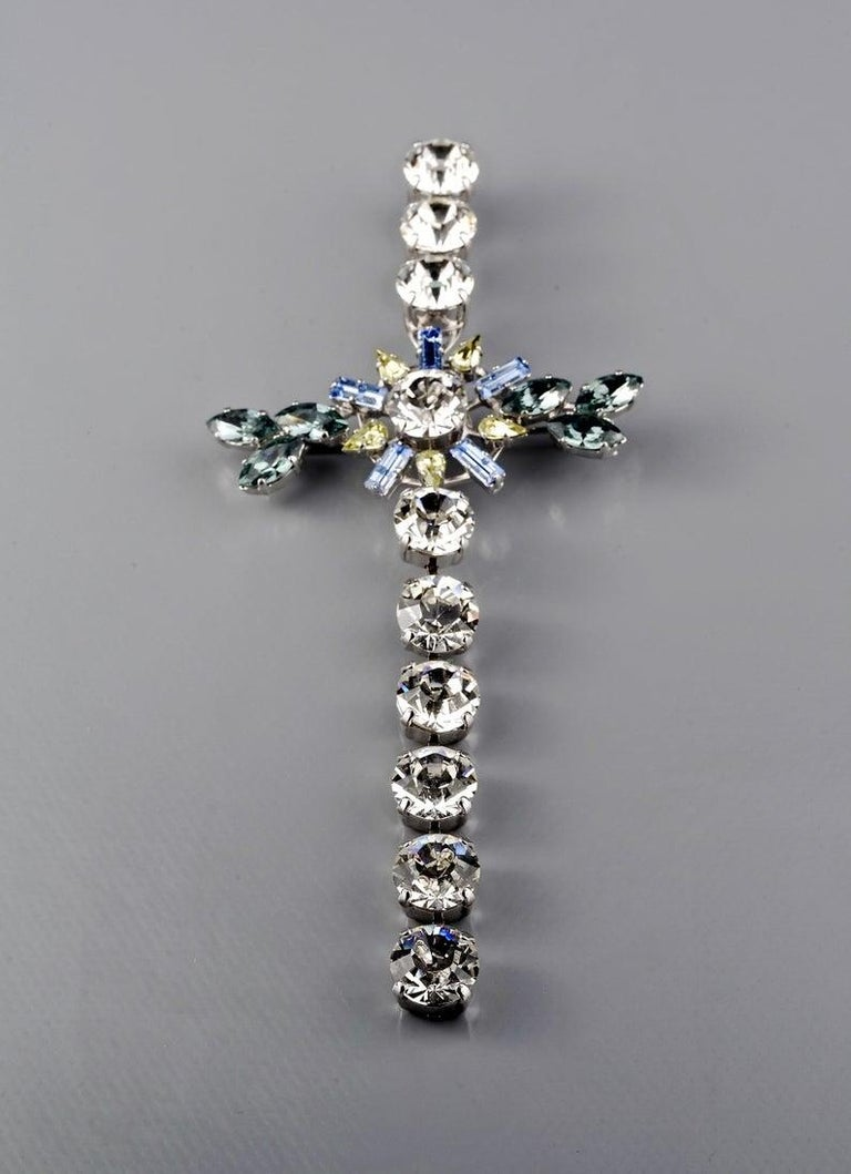 Vintage CHRISTIAN LACROIX Massive Rhinestone Cross Pendant Brooch In Excellent Condition For Sale In Kingersheim, Alsace