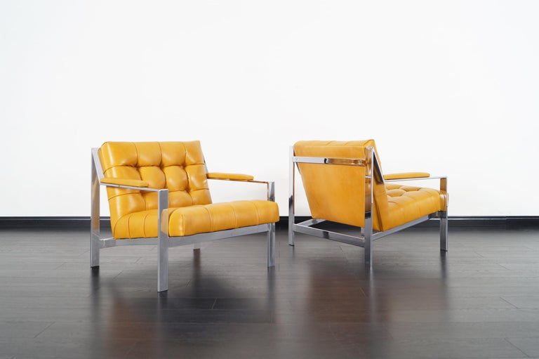 Stunning pair of vintage chrome lounge chairs designed by Cy Mann manufactured in the United States, circa 1970s. Features a fully chromed frame that stands out for its elegant architecture and sleek design. These chairs are really comfortable