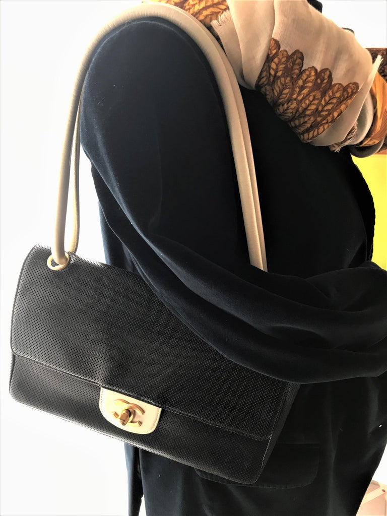 This classic black - white  shoulder bag comes with 7 digits ID card Nr. 6884197, this is around 1995. The whole bag is black and white, the 2 adjustable (short and long) straps, the fastener, the lining with a side pocket and the Mona Lisa Pocket