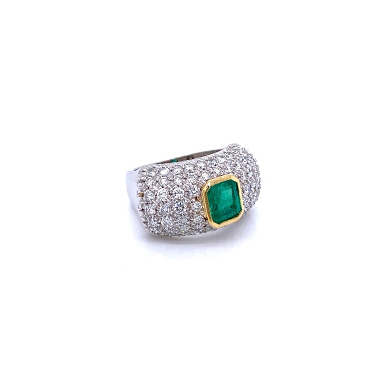 Vintage Colombian Emerald Diamond Gold Cocktail Ring In Excellent Condition For Sale In Napoli, Italy