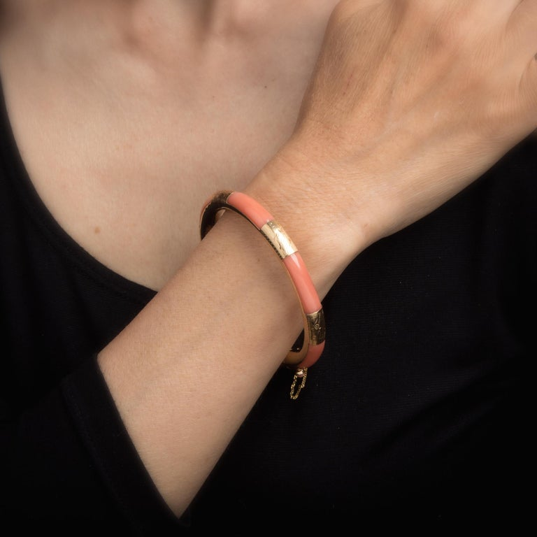 Vintage Coral Inlay Bangle Bracelet 14 Karat Yellow Gold Estate Jewelry Inlaid In Excellent Condition For Sale In Torrance, CA