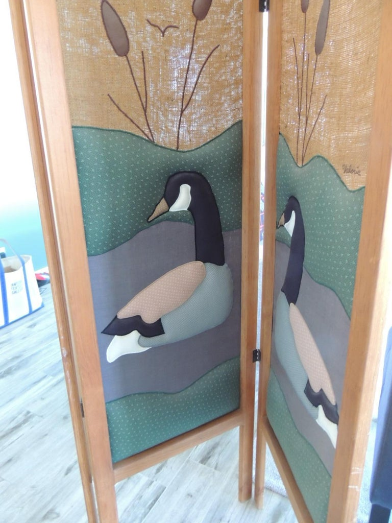 Vintage Country Quilt '3' Panel Screen with Quilted Geese In Good Condition For Sale In Oakland Park, FL
