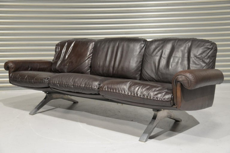 We are delighted to bring to you a vintage 1970s De Sede DS 31 three-seat sofa in dark chocolate brown aniline leather with superb whipstitch edge detail. The vintage sofa was hand built in Switzerland by de Sede craftsman circa 1970s. The iconic