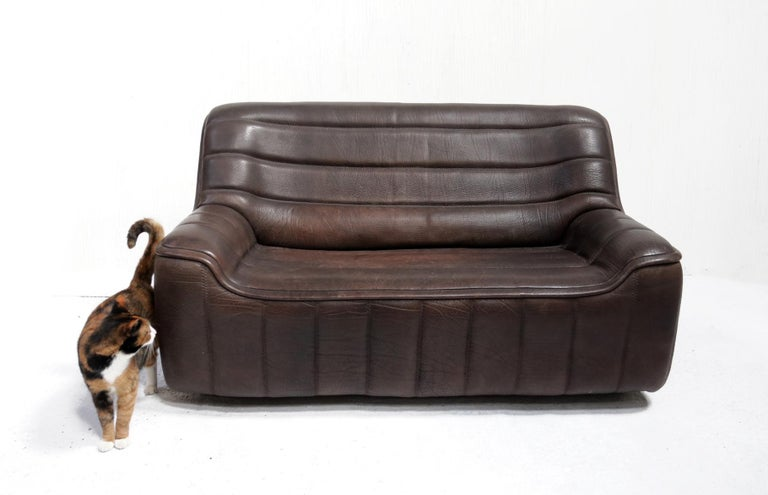 Vintage Design De Sede DS 84, 2-seat sofa, in thick neck leather made in Switzerland in the 1970s. Very typical of De Sede designs are the beautiful thick stitching that determines the shape.