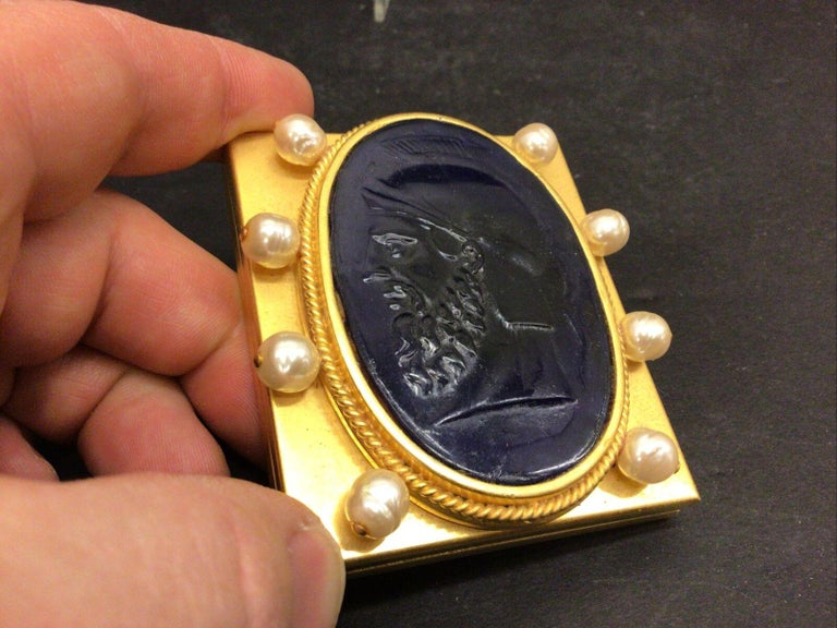 Vintage Designer Signed Linda Levinson Roman Coin Glass Medallion Golden Compact In Excellent Condition For Sale In Montreal, QC