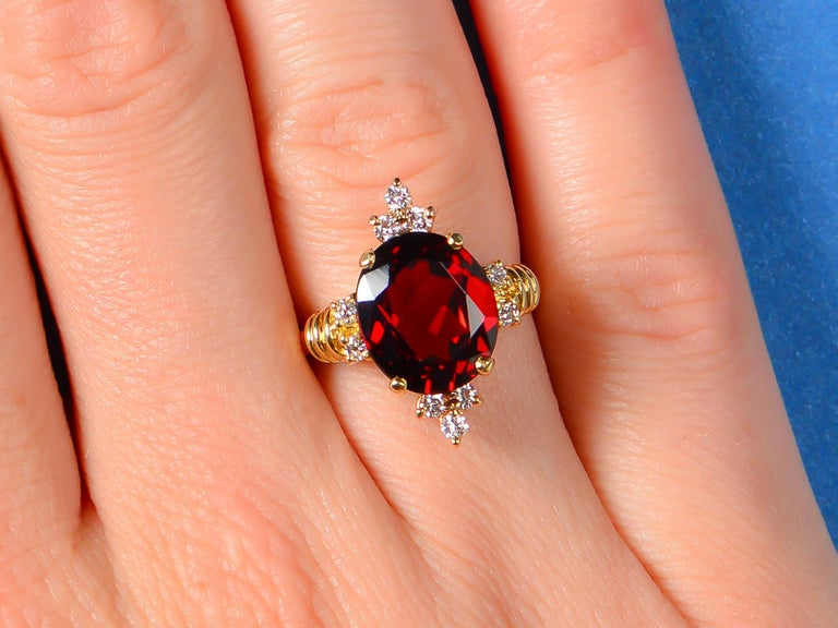 Vintage Estate 18 Karat Garnet and Diamond Ring In Excellent Condition For Sale In Stamford, CT