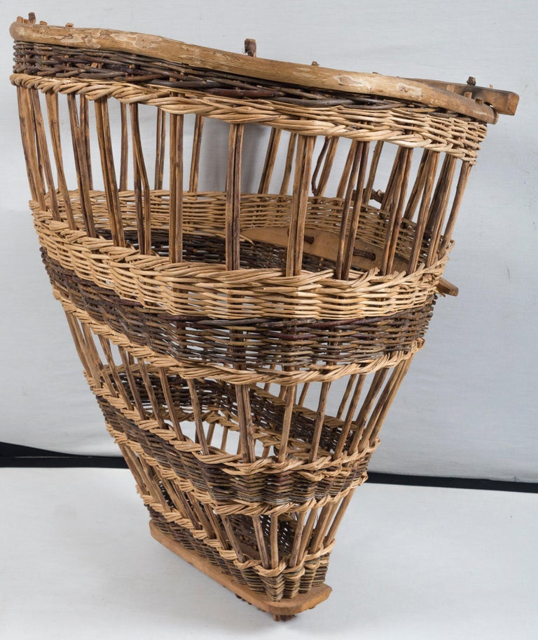 Vintage European Field Basket, 20th Century In Good Condition For Sale In Chappaqua, NY
