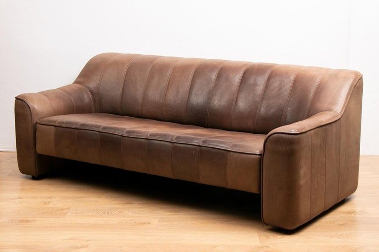 Vintage extending leather sofa by De Sede DS44. Based in Klingnau, located in northern Switzerland near the German border, the company traces its high-end furniture production back to 1965, when the original family-run business incorporated and