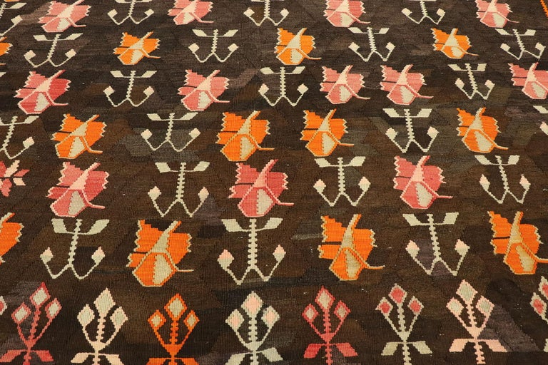 Vintage Flat-Weave Turkish Floral Kilim Rug with Boho Farmhouse Style In Good Condition For Sale In Dallas, TX