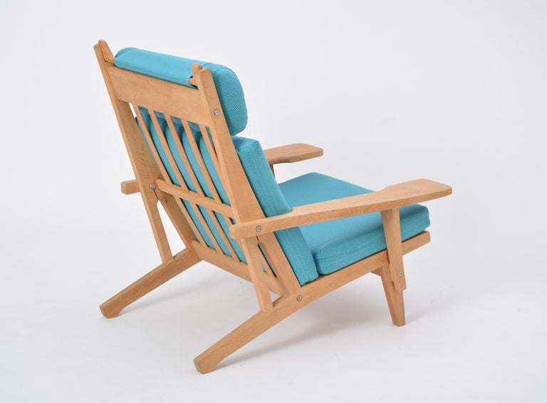 Turquoise Mid-Century Modern GE 375 Easy Chair by Hans J. Wegner for GETAMA  In Good Condition For Sale In Berlin, DE