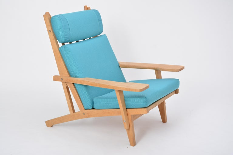 Turquoise Mid-Century Modern GE 375 Easy Chair by Hans J. Wegner for GETAMA  For Sale 1