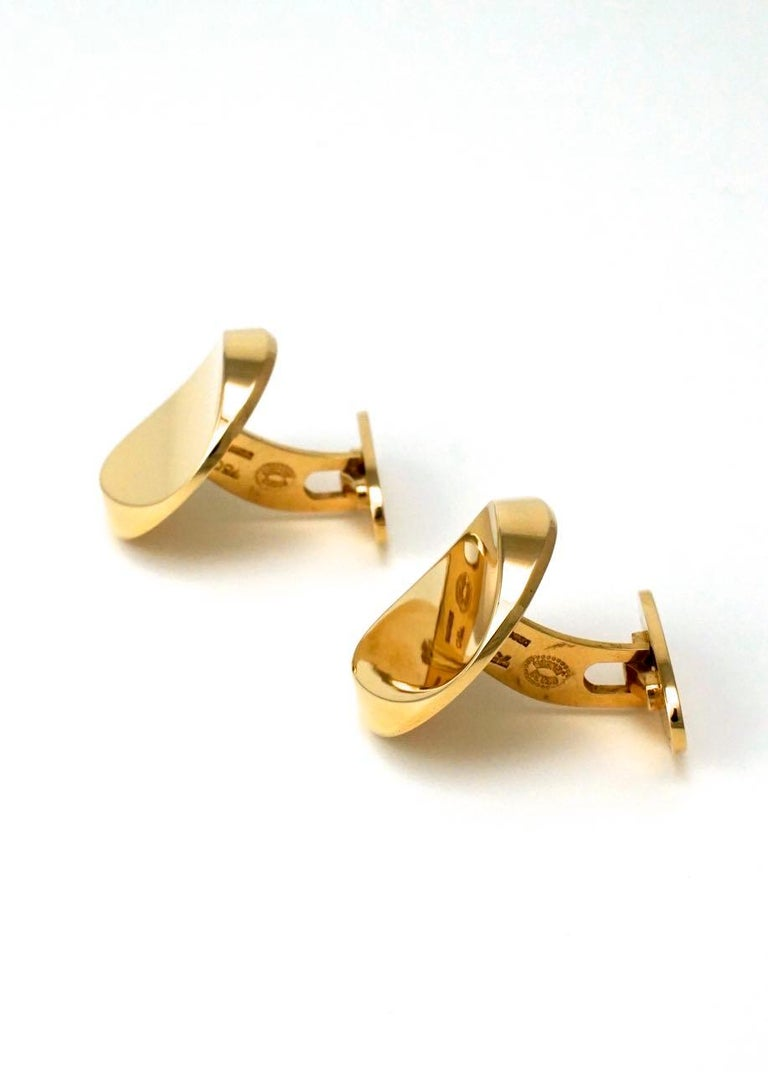 A pair of modernist 18k yellow gold concave disc cufflinks with an arched toggle back fitting - Jensen cufflinks in gold are rare to find and these with their simple and yet classic design could be easily worn from desk to dinner - marked 750 for