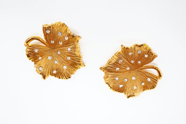 Vintage Gilded Leaf Earrings with Crystal Accents by Claudette, circa 1950s In Excellent Condition For Sale In Los Angeles, CA