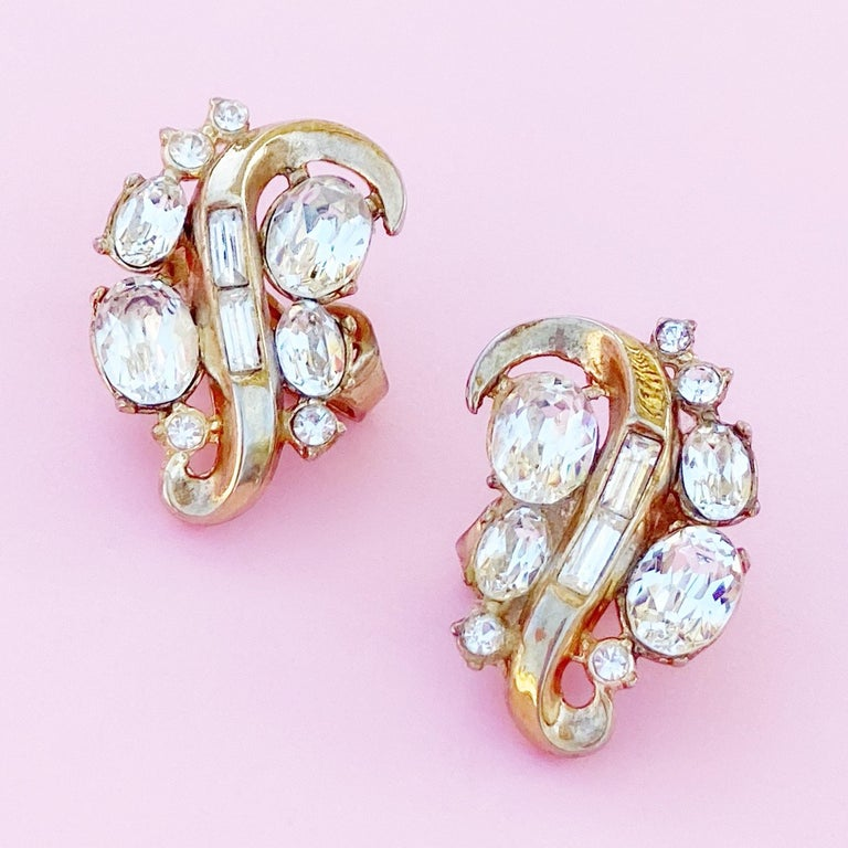 Vintage Gilded Swirl Cocktail Earrings With Crystals By Crown Trifari, 1950s In Good Condition For Sale In Los Angeles, CA