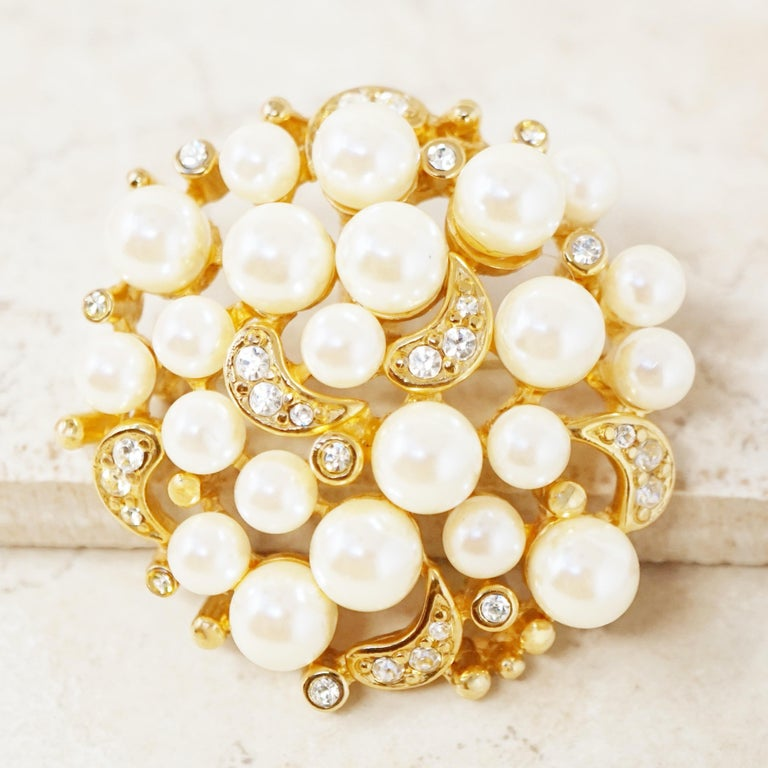 Vintage Gilt Pearl Cluster Brooch with Crystal Rhinestones by Erwin Pearl, 1980s In Excellent Condition For Sale In Los Angeles, CA
