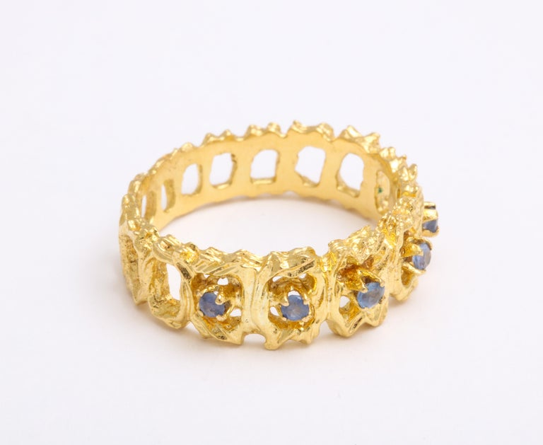 Round Cut Vintage Gold and Sapphire Band Ring For Sale