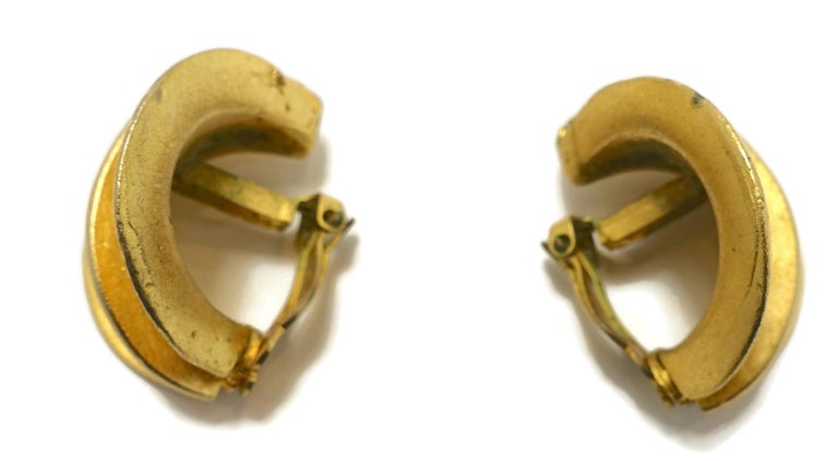 Vintage Gold Tone Ribbed Clip Earrings In Good Condition For Sale In New York, NY
