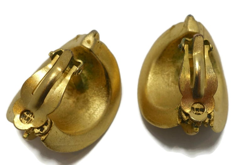 Women's Vintage Gold Tone Ribbed Clip Earrings For Sale