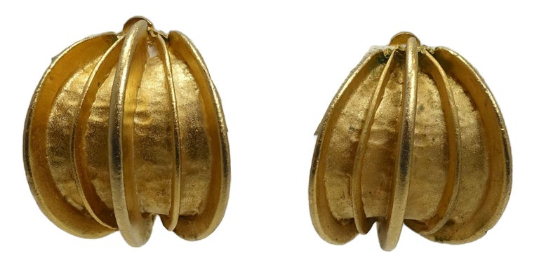 Vintage Gold Tone Ribbed Clip Earrings For Sale 1