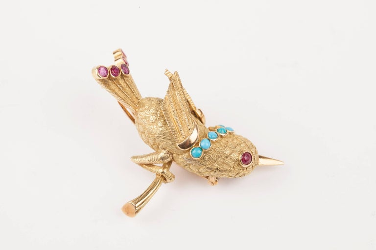 Beautiful bird brooch in gold 18k, set with turquoises and rubies. French made circa 1960. Weights: 12.80 grams