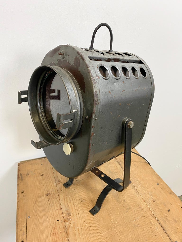 This large grey theater spotlight was designed in the 1960s in former Czechoslovakia. It features a grey metal body, clear glass, socket for E 27 lightbulbs and new wire. Fully functional, good vintage condition. The weight of the spotlight is 10 kg.