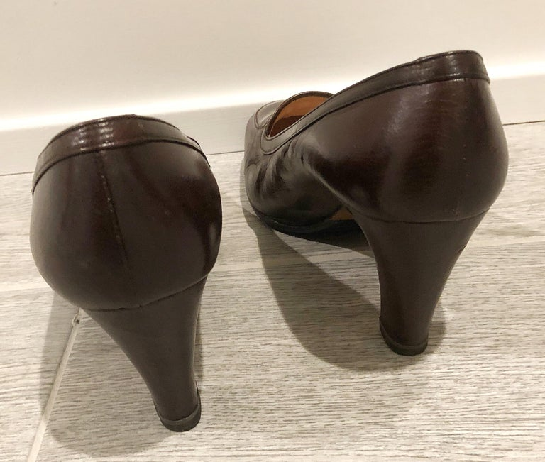 Vintage Gucci 1970s Sz 7.5 Chocolate Brown High Heel 70s Loafers Logo Shoes In Good Condition For Sale In Chicago, IL