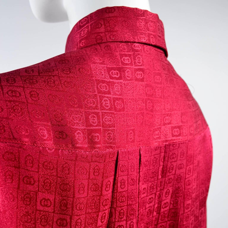 Gucci Vintage Pleated Red Silk Blouse With Tonal Gucci Logo Print For Sale 6