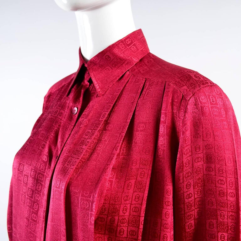 Women's Gucci Vintage Pleated Red Silk Blouse With Tonal Gucci Logo Print For Sale