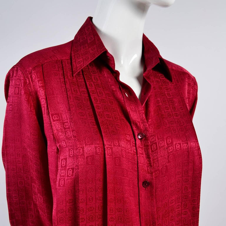 Gucci Vintage Pleated Red Silk Blouse With Tonal Gucci Logo Print For Sale 2