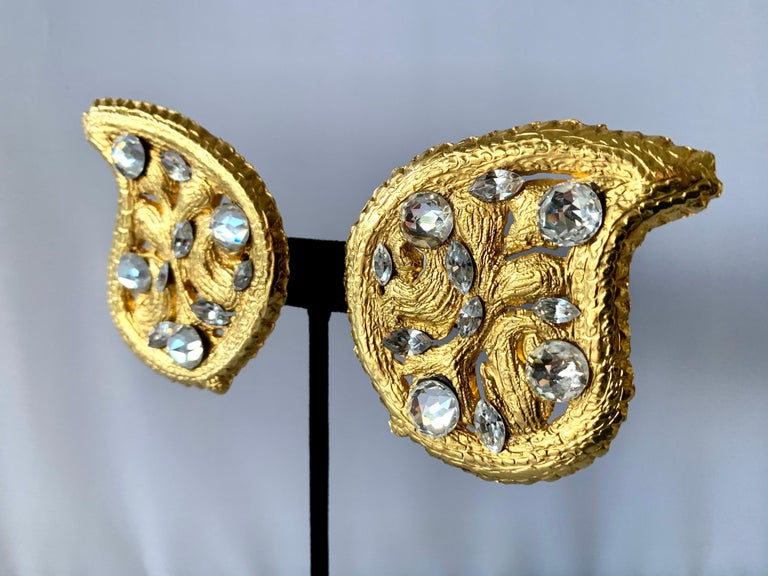 Vintage Hammed Gold Jeweled Paisley Earrings  In Excellent Condition For Sale In Palm Springs, CA