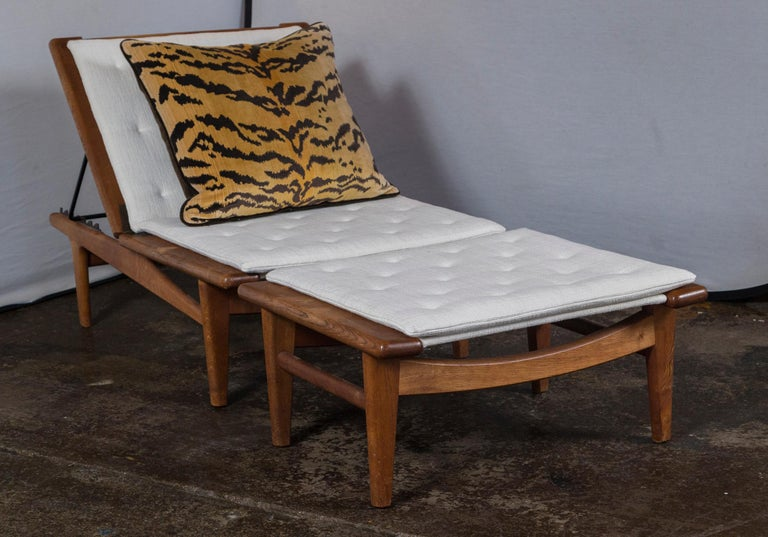 Vintage Hans Wegner oak chaise lounge with newly upholstered white cushions (Maharam Pressed Linen), 1954