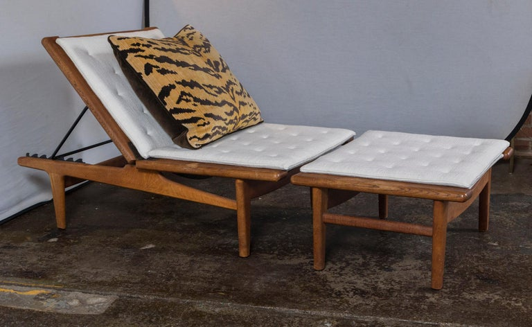 Mid-Century Modern Vintage Hans Wegner Oak Chaise Lounge with Newly Upholstered White Cushions